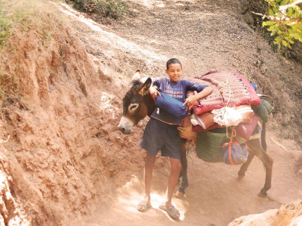 Niño con un burro en Ouzoud